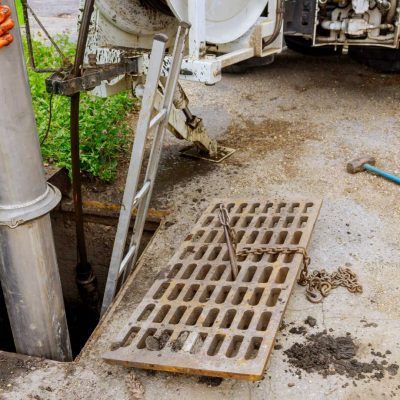 cleaning-the-sewer-system-special-equipment-utilit-8LYAAWU (1)